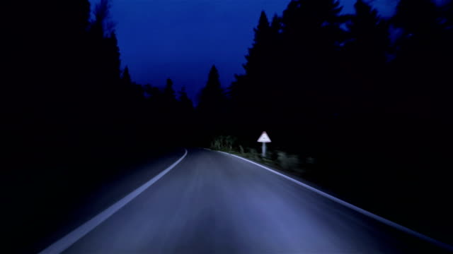 vidéos et rushes de route de montagne de nuit - résolution 4k - voiture nuit