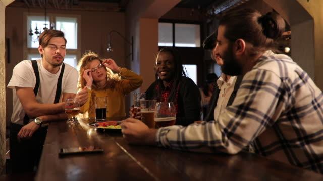 utekväll på pub - pub bildbanksvideor och videomaterial från bakom kulisserna