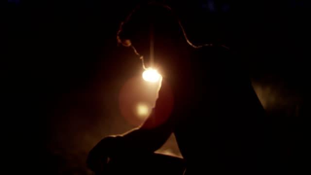 vidéos et rushes de entraînement en plein air de nuit. faire une pause - paysage extrême