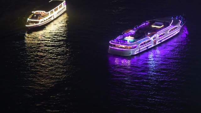 night passenger tourists boat in the chao phraya river - fiume chao phraya video stock e b–roll