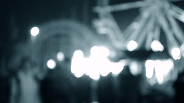 natt människor parkera nöjespark bakgrund oskärpa. - wheel black background bildbanksvideor och videomaterial från bakom kulisserna