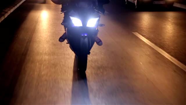 vídeos de stock e filmes b-roll de noite passada, em motocicleta - helmet motorbike