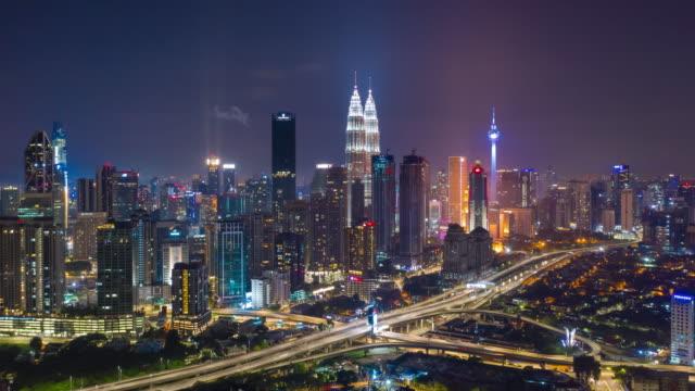 nuit rime illumination Kuala Lumpur paysage urbain ville trafic route Jam aérien panorama 4k timelapse Malaisie - Vidéo