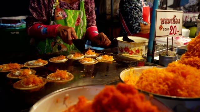 Nachtaufnahme der Nachtmarkt nicht identifizierte Personen Lacals und Touristen. Menschen beim Einkaufen für lacal Lebensmittel und Güter. – Video