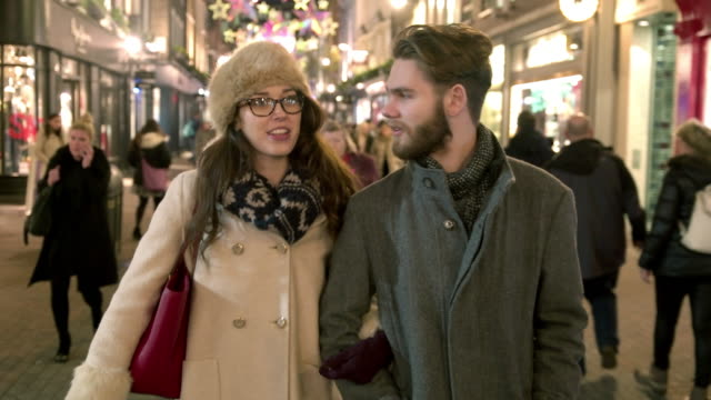 Nacht Einkaufsmöglichkeiten zu Fuß zu erreichen – Video