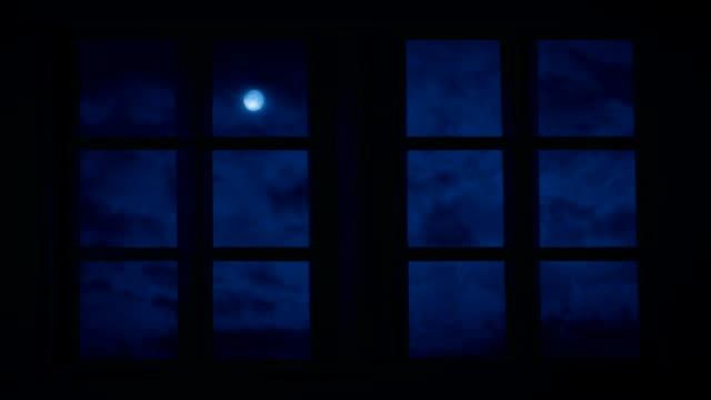 vidéos et rushes de ciel nocturne et la lune vue à travers les fenêtres - chambre