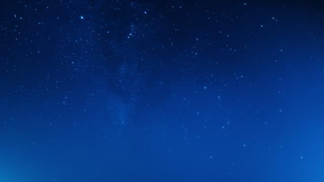 vídeos y material grabado en eventos de stock de estrellas y cielo nocturno. vídeo de lapso de tiempo - anochecer