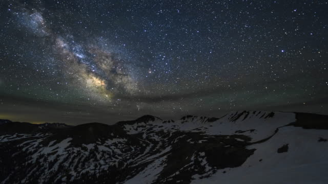 vídeos de stock, filmes e b-roll de lapso de tempo da via láctea do céu noturno galaxy - independence pass