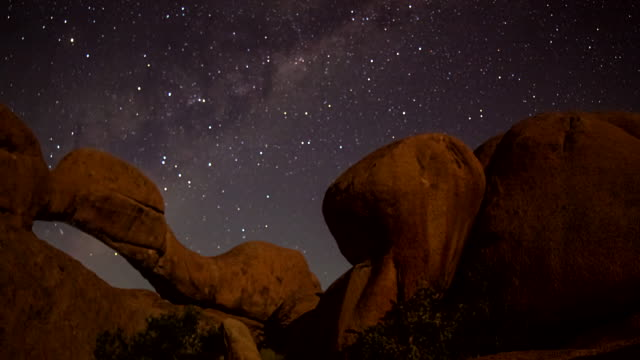 t/l ws night sky over the arch at spitzkoppe - rock formations stock videos & royalty-free footage