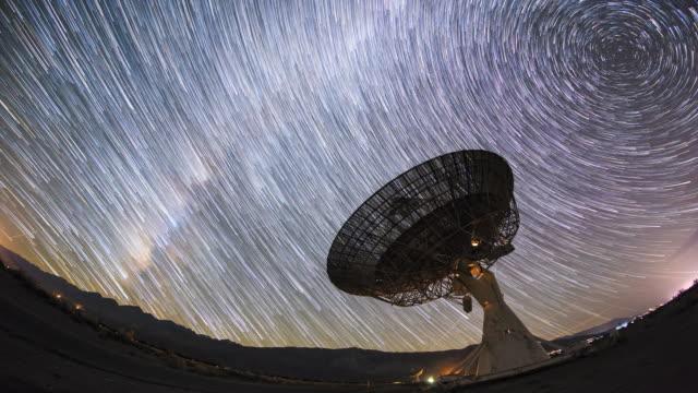 4k night sky star spår timelapse över giant mottagare parabolantenn - parabolantenn bildbanksvideor och videomaterial från bakom kulisserna
