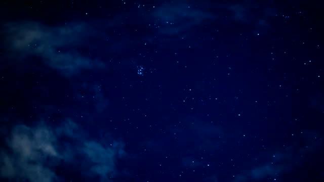 cielo notturno in viaggio attraverso universo piena di stelle, nebulae e galassie - cielo stellato video stock e b–roll