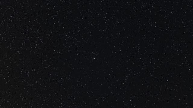 vídeos y material grabado en eventos de stock de cielo nocturno con estrellas, zona de la estrella polaris - estrella del norte