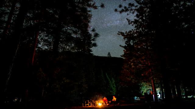 夜の星空、キャンプ、キャンプファイヤーフォレストタイムラプス ビデオ
