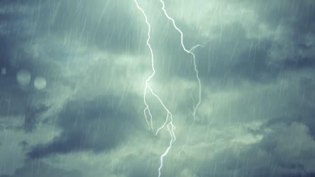 vidéos et rushes de gouttes de pluie de tempête de nuit éclaircissante avec fenêtre - ciel orageux