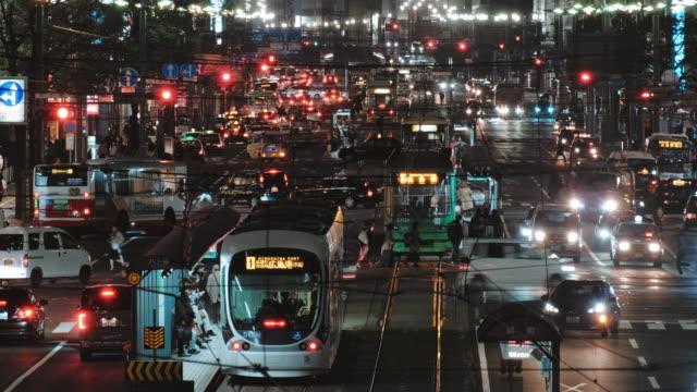 hiroşima şehir merkezinde tramvay night street görünümü , hiroşima japonya - hiroshima stok videoları ve detay görüntü çekimi
