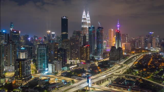 nattetid belysning kuala lumpur downtown trafik road jam antenn panorama 4k timelapse malaysia - petronas twin towers bildbanksvideor och videomaterial från bakom kulisserna