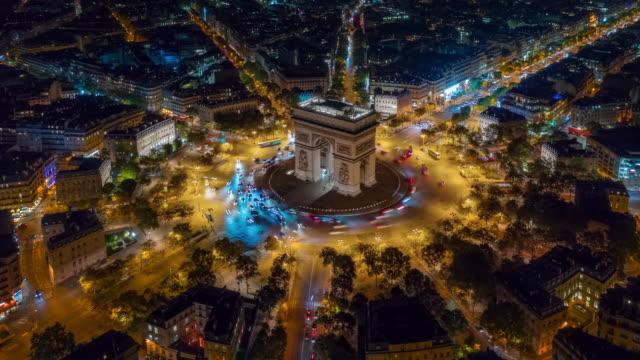 vidéos et rushes de illumination de nuit paris ville centre triomphe arc cercle de circulation rue timelapse aérienne panorama 4k france - paris