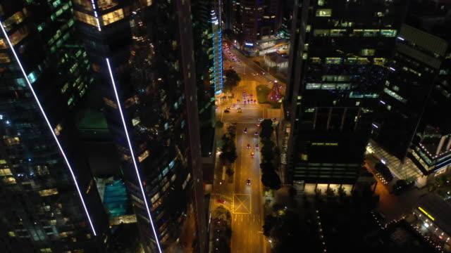 night time illumination singapore downtown traffic street aerial panorama 4k - vídeo
