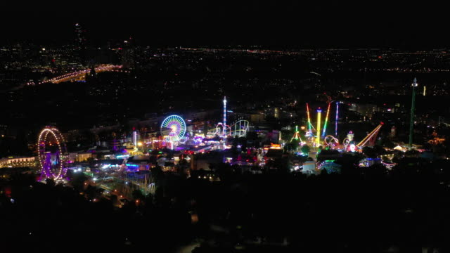 vídeos de stock, filmes e b-roll de iluminação noturna viena cidade famosa parque temático de trabalho panorama aéreo 4k áustria - áustria