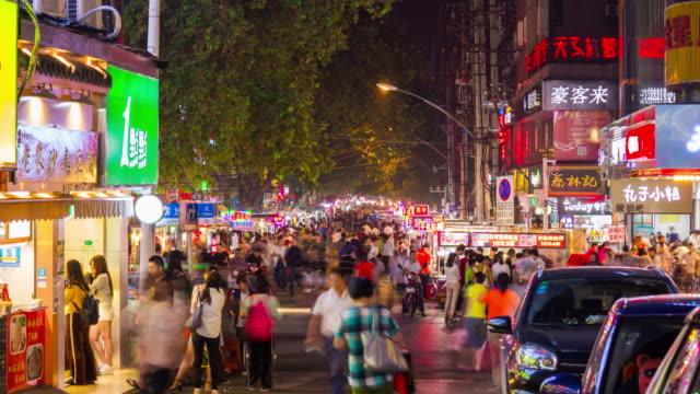 vídeos y material grabado en eventos de stock de noche tiempo iluminación wuhan ciudad peatonal concurrida calle panorama 4 tiempo k caer china - wuhan