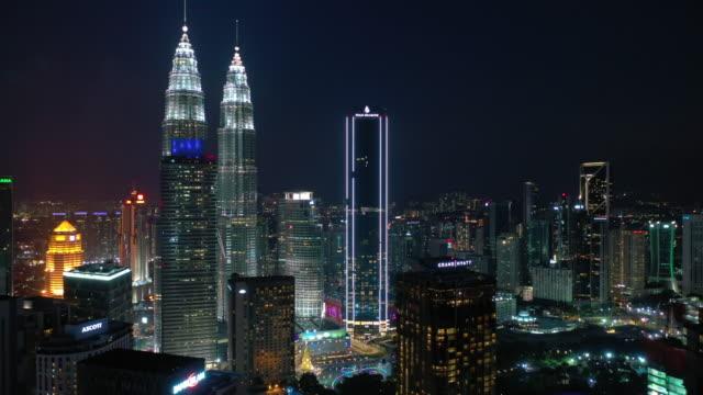nattetid kuala lumpur city downtown antenn panorama 4k malaysia - petronas twin towers bildbanksvideor och videomaterial från bakom kulisserna