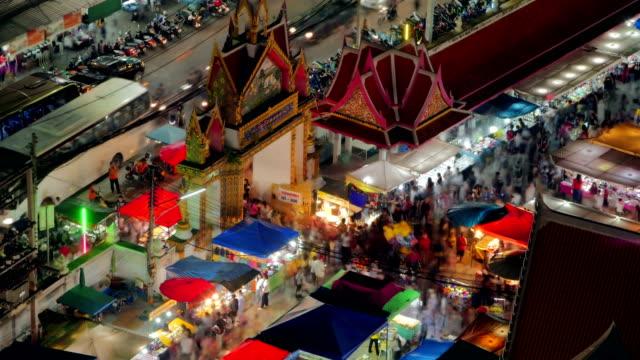 natt tid förflutit, en templet entré. makha bucha dag i thailand - pattaya bildbanksvideor och videomaterial från bakom kulisserna