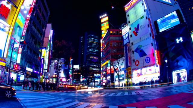Nächtlicher Ablauf an der Kreuzung in der neonstadt in Shibuya Tokio – Video