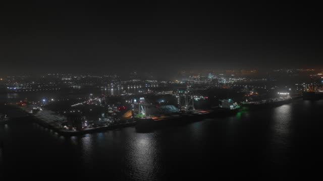 vídeos y material grabado en eventos de stock de lapso de tiempo de la noche del portador a granel de carguero en el puerto de carga en movimiento - anclado