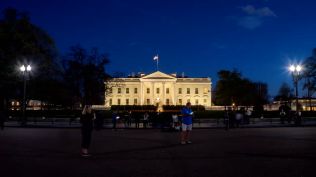 stockvideo's en b-roll-footage met nacht time-lapse van toeristen in het witte huis in washington - white house