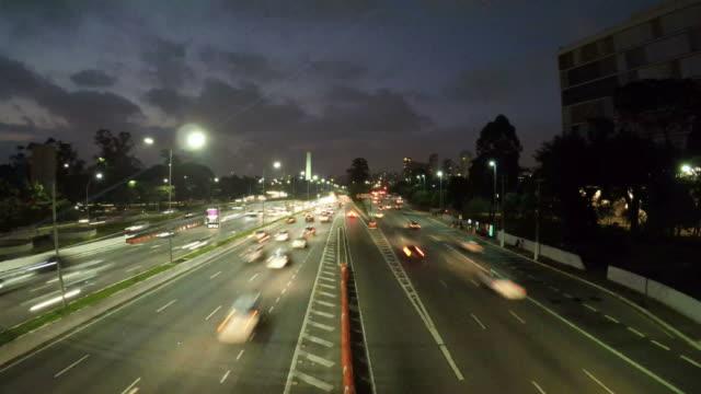 night time lapse of traffic on the famous 23 de maio avenue in sao paulo - проспект стоковые видео и кадры b-roll