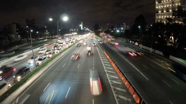night time lapse of traffic on the famous 23 de maio avenue - проспект стоковые видео и кадры b-roll