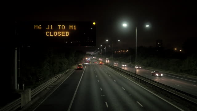 vídeos y material grabado en eventos de stock de noche tiempo signo de cierre de autopista - autopista