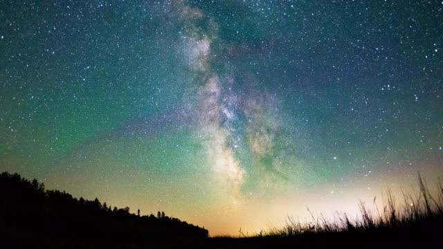 vídeos de stock e filmes b-roll de night time video of stars & the milky way galaxy - astrologia