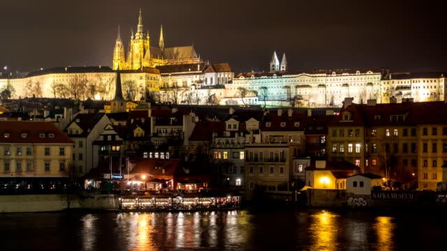 vídeos de stock, filmes e b-roll de intervalo de tempo de noite na cidade antiga, distrito de mala strana em praga, república tcheca (chequia) - característica arquitetônica
