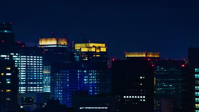 Ein nächtlicher Zeitraffer des Stadtbildes in der Stadt Tokio weit geschossen – Video