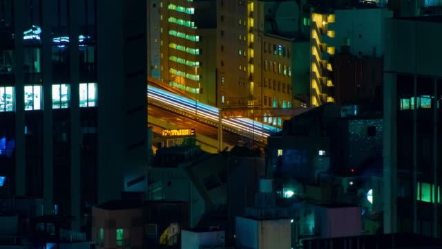 Ein nächtlicher Zeitraffer der Autobahn in der Stadt in Tokio weit geschossen – Video