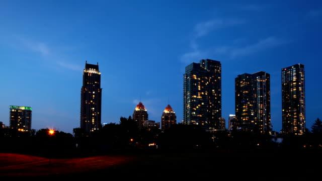 night timelapse of mississauga, ontario skyline - онтарио канада стоковые видео и кадры b-roll