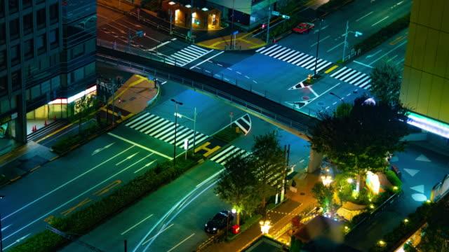 Ein nächtlicher Zeitraffer der Straße in der Stadt in Tokio weit geschossen – Video