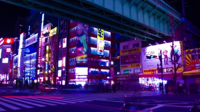 Ein nächtlicher Zeitraffer der Neonstraße in der Innenstadt von Akihabara Tokyo Weitschuss – Video