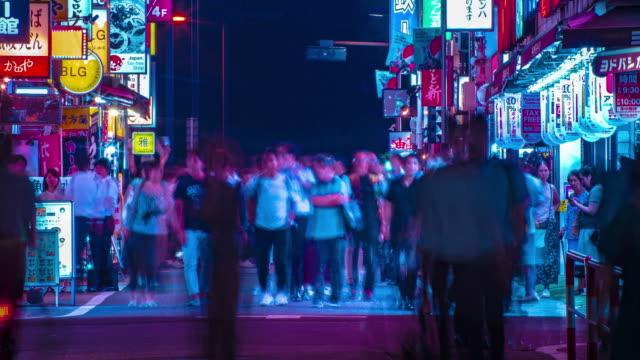 Ein nächtlicher Zeitraffer der Neonstraße in der Innenstadt von Shinjuku Tokyo Long Shot – Video