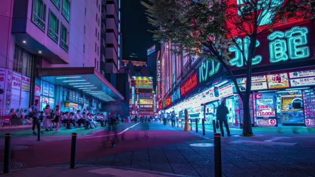 新宿東京の繁華街でネオン街の夜のタイムラプスワイドショット - 看板点の映像素材/bロール