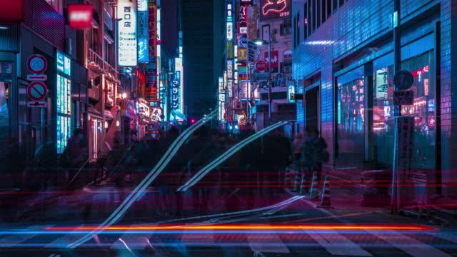 Ein nächtlicher Zeitraffer der Neonstraße in der Innenstadt von Shinjuku Tokyo medium shot – Video