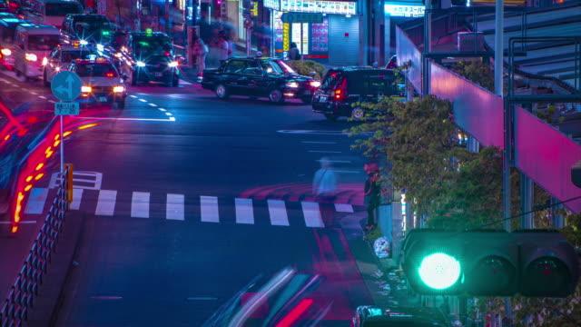 東京新宿霓虹燈街的夜色延時,高角度長鏡頭 - 亞太地區 個影片檔及 b 捲影像