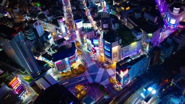 Ein nächtlicher Zeitraffer der Neonstadt in Shibuya überquert Hochwinkel-Weitschuss – Video