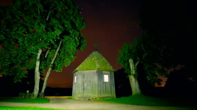 vídeos de stock e filmes b-roll de noite timelapse com um toque de casa e estrelas, guindaste - isolated house, exterior