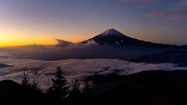 日本山梨富士河口湖日出時, 富士山的夜晚, 有晨霧或霧。有丘陵的風景。 - four seasons 個影片檔及 b 捲影像