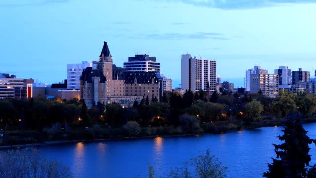 Night to Day timelapse van de skyline van Saskatoon, Canada video