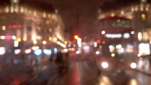 Nachtverkehr in der regnerischen Regent Street in London – Video