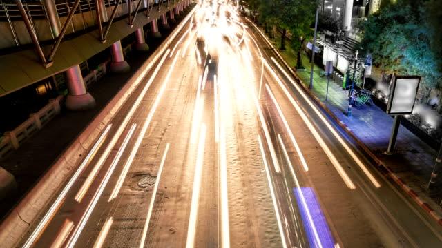 Atasco de tráfico nocturno en la ciudad - vídeo