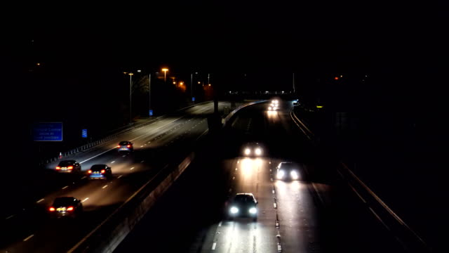 night traffic on manchester city m60 highway - manchester inghilterra video stock e b–roll